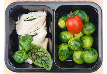 Куриное филе, фаршированное шпинатом и моцареллой с брюссельской капустой