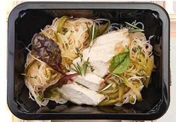 Паназиатский салат с фунчозой, цыпленком и маринованными огурцами
